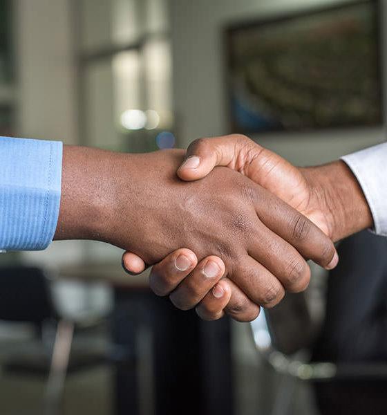 Deux personnes se serrent la main