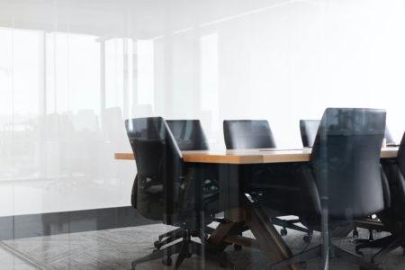 Salle de réunion vide avec fauteuils noirs