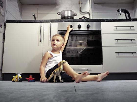 enfant-jouant-dans-cuisine-cuisiniere-gaz_165194-400